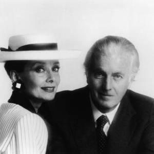 """C'est à l'époque du film """"Sabrina"""" qu'Audrey Hepburn et Hubert de Givenchy se rencontrent. Tombée sous le charme du travail du créateur, elle fait de lui son styliste favori et se façonne une nouvelle image made in """"Givenchy"""" autant que le couturier s'inspire de sa beauté, différente des canons de l'époque. La jeune femme devient même la première égérie parfum pour l'Interdit. Véritable icône mode, elle fera également succomber Salvatore Ferragamo qui lui dédit des ballerines."""
