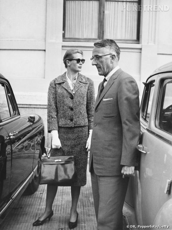 """C'est à Grace Kelly qu'Hermès doit une de ses pièces d'exception. Le sac, peu """"in"""" lorsque la Princesse se fait photographier avec dans les années 50 pour cacher ses formes de femme enceinte, devient un classique de la maison que les femmes s'arrachent. Ce n'est pourtant qu'en 1977 que le sac est rebaptisé """"Le Kelly""""."""