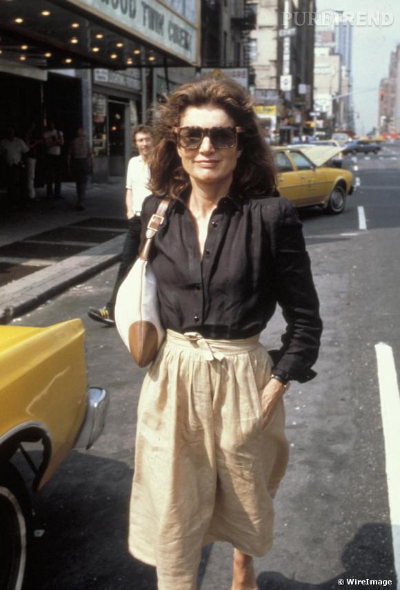"""C'est à Jackie Kennedy, icône mode qui rayonne encore de nos jours, que la maison Gucci doit la renommée de ses sacs. Le sac un rien """"hobo"""" fut plus tard appelé le """"Jackie O""""."""