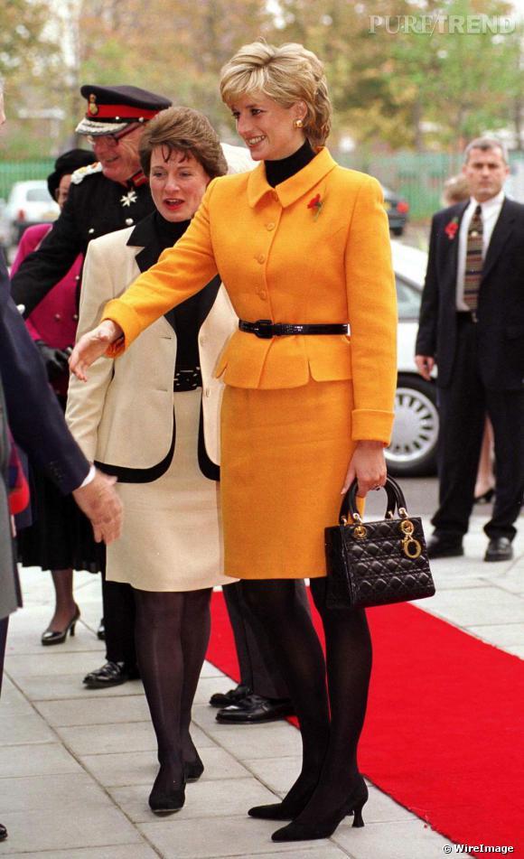 """Offert par Bernadette Chirac, alors Première dame, à Lady Diana en visite en France, le dernier modèle de Christian Dior gagne ses galons à travers le monde par les visites officielles de la Princesse. Il sera baptisé """"Lady Dior""""."""