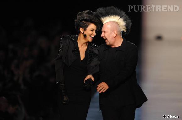 Jean-Paul Gaultier fait du top phare des années 80 Farida Khelfa sa muse, une relation qui dure depuis de nombreuses années.