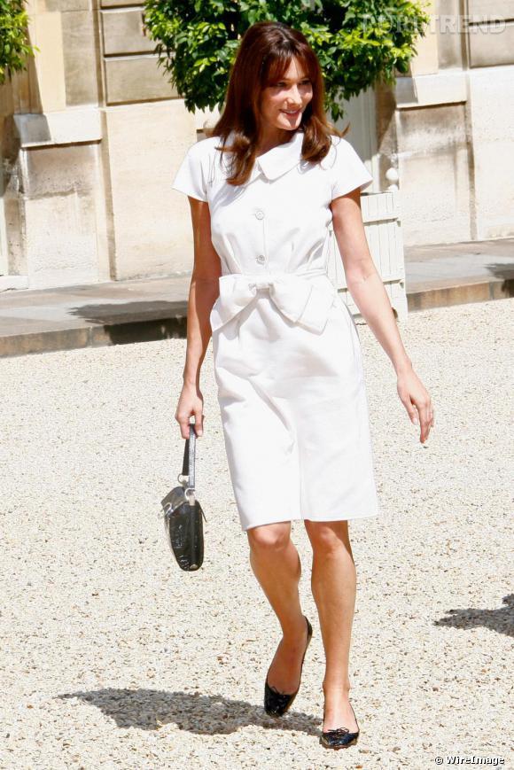 Carla Bruni porte le sac   Roger Vivier  , que Bruno Frisoni, designer de la marque, a baptisé à son nom: le Carlala. La jeune femme fut aussi durant de nombreuses années la muse de John Galliano.