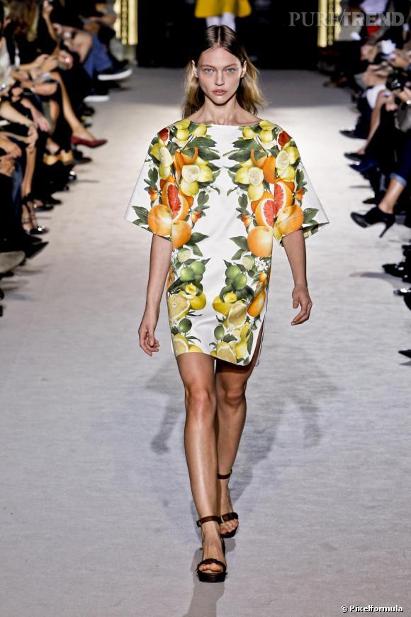 Sur le podium Stella McCartney les robes d'été font la part belle aux factures brutes et au décor vitamine.