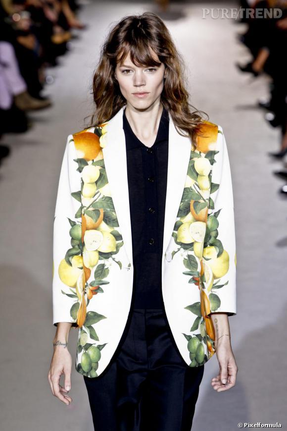 Toujours chez Stella McCartney, total look black mais avec une veste smoking agrumes.