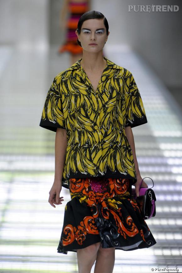 Chez Prada on s'inspire de Joséphine Baker et de ses célèbres bananes qui viennent agrémenter une chemise large.