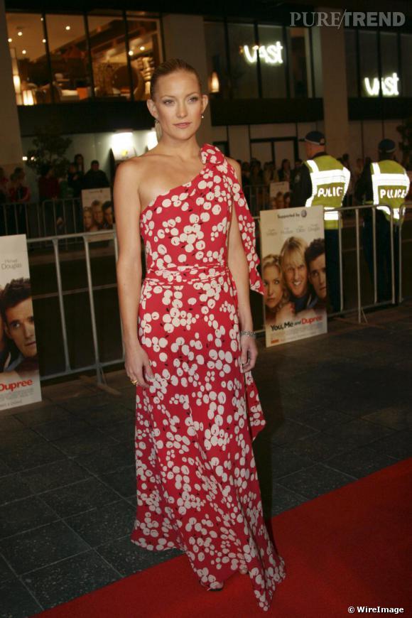 Pour Kate Hudson la robe se fait rouge aux cerises blanches pour une allure résolument fruitée.