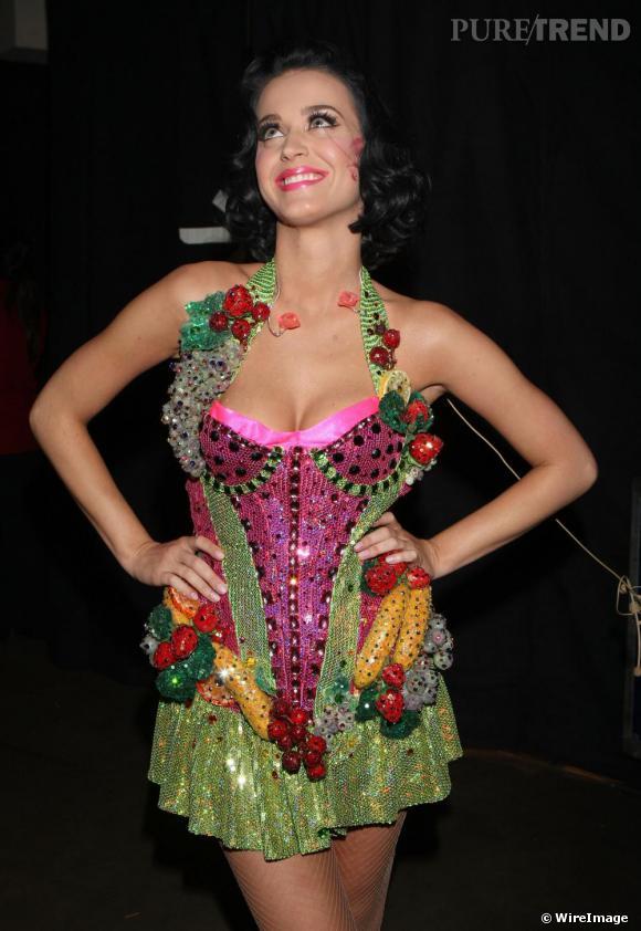 Pour ses looks de scènes, Katy Perry respecte à la lettre les 5 fruits et légumes par jours avec un véritable panier gourmand et en plus à paillettes !