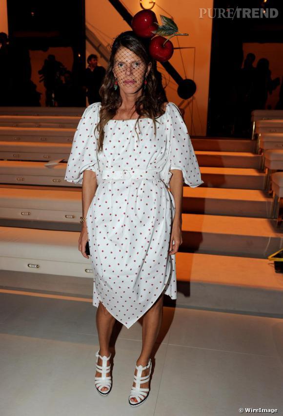 Total look pour Anna Dello Russo qui opte pour la robe Yves Saint Laurent fraise, une paire de boucles d'oreille fraise également mais des cerises pour le serre-tête.