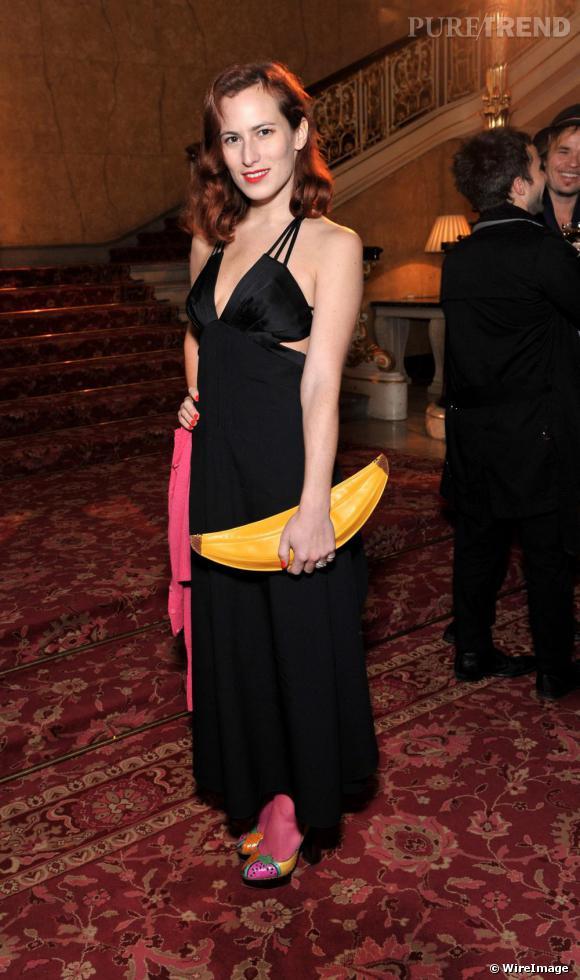 L'excentrique créatrice britannique Charlotte Dellal fait coup double avec une pochette banane et une paire de pumps gourmandes.