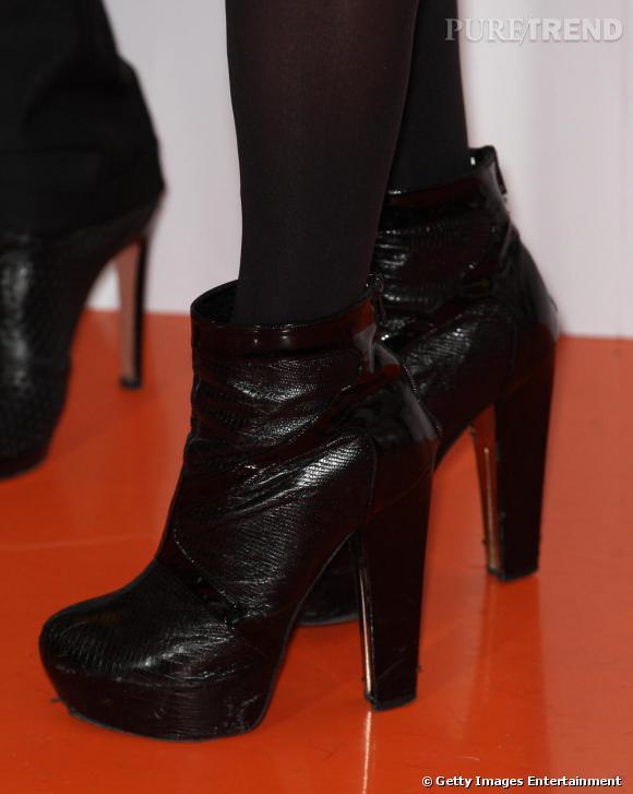 Bottines Versace qui étirent parfaitement sa fine silhouette.