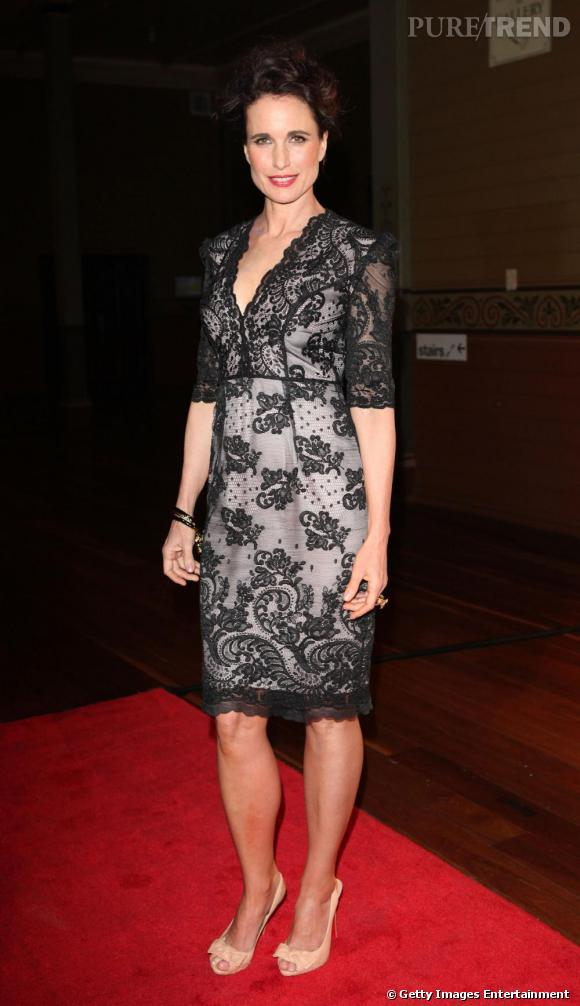 Andie MacDowell, séduisante en robe couverte de dentelle.