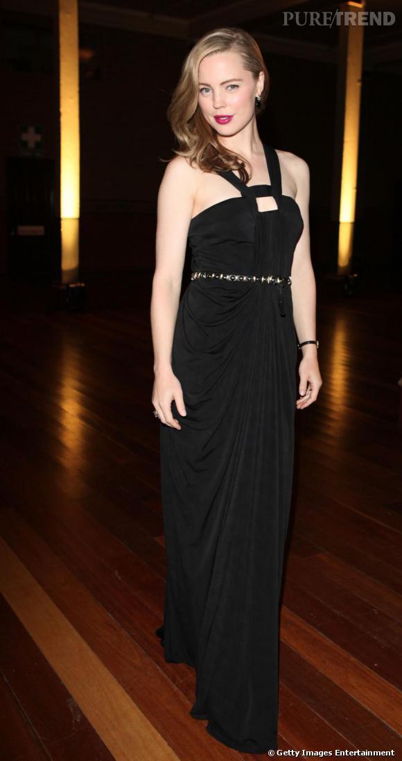 Melissa George, version vestale, en longue robe drapée. Crinière ramenée sur le côté et bouche framboise, elle est chic et sensuelle.