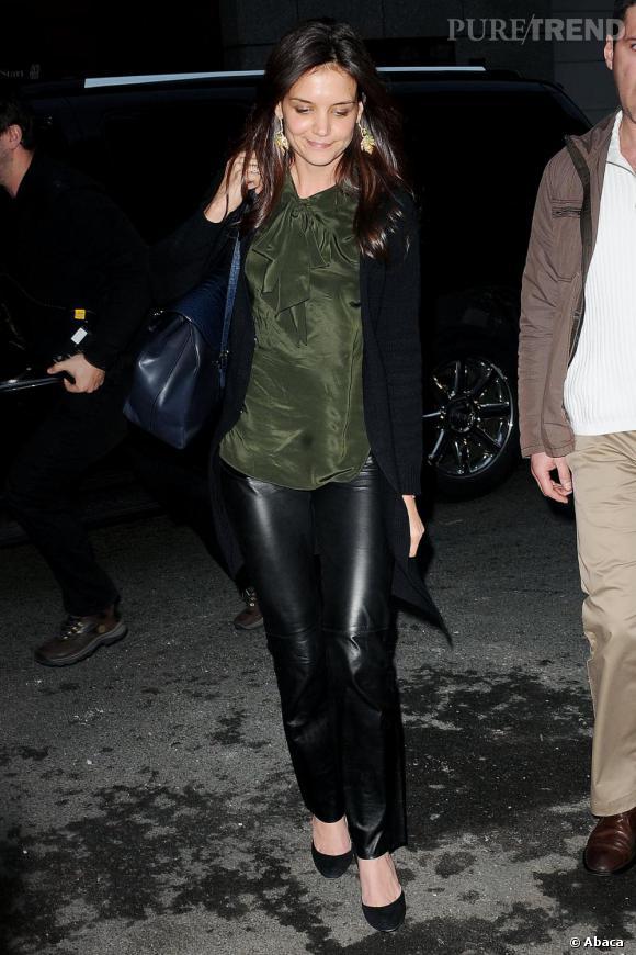 Rock et féminine, Katie Holmes n'hésite pas à mixer pantalon en cuir et top soyeux. Le résultat est réussi.
