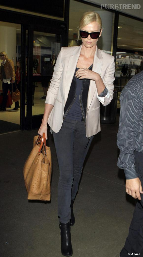 Charlize Theron sortant de l'aéroport à Los Angeles.