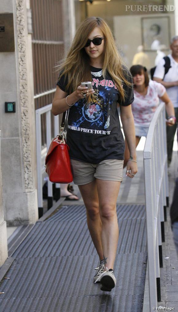 La jeune femme ne se refuse rien même la tenue d'adolescente en Converse et t-shirt de rock, mais avec un it-bag en prime.