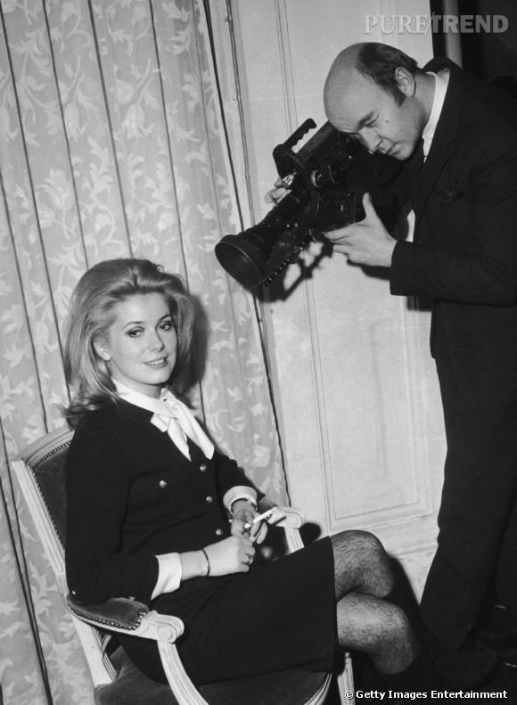 Le front dégagé, l'actrice délaissera sa frange après le film  Les Parapluies de Cherbourg.