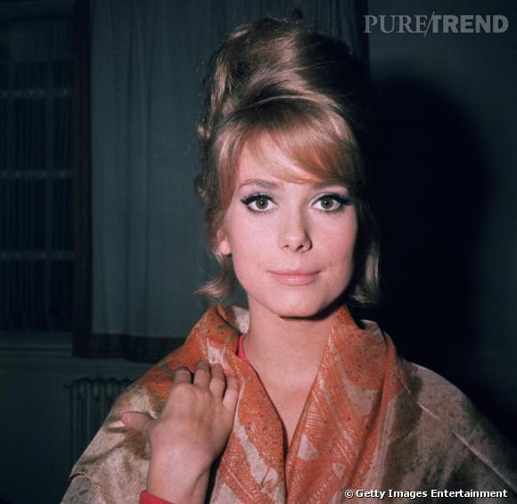Comme à son habitude, l'actrice mise sur un regard de biche avec un eye liner prononcé et le reste du maquillage dans un ton plus nude.