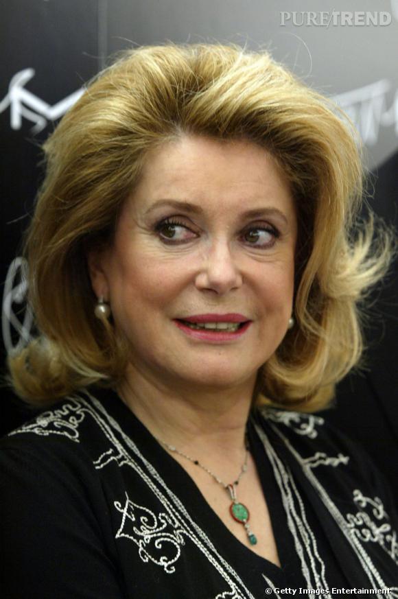 Variation dans la pigmentation de son blond, l'actrice tente un blond vénitien qui illumine son visage.