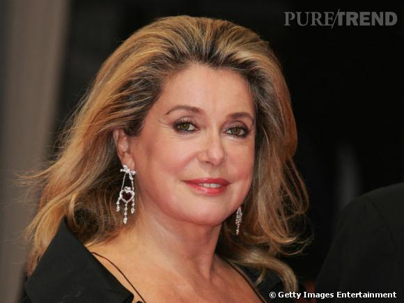Les cheveux au vent et un peu plus longs, l'actrice est toujours séduisante.