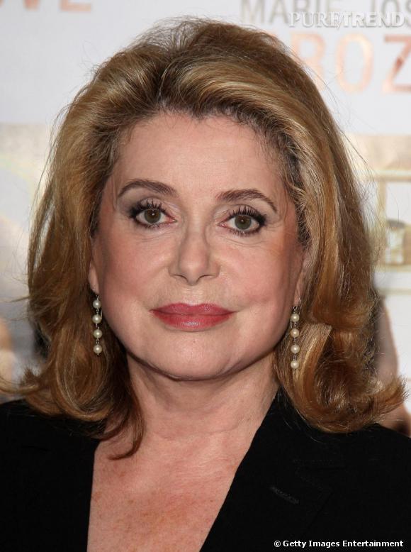 Ambassadrice du charme à la française, l'actrice gagne en élégance avec l'âge et tente cette fois-çi un blond plus foncé.