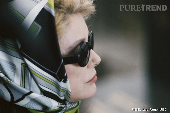 La blancheur de sa peau contraste avec la couleur de ses lèvres et ses lunettes noires. Deneuve est mystérieuse.