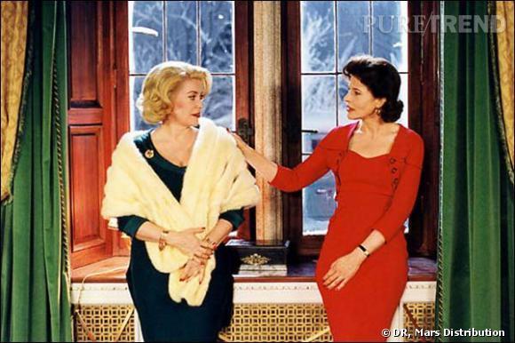 Une blonde, une brune, dans  8 Femmes , Catherine Deneuve représente la femme des années 50, très apprêtée.