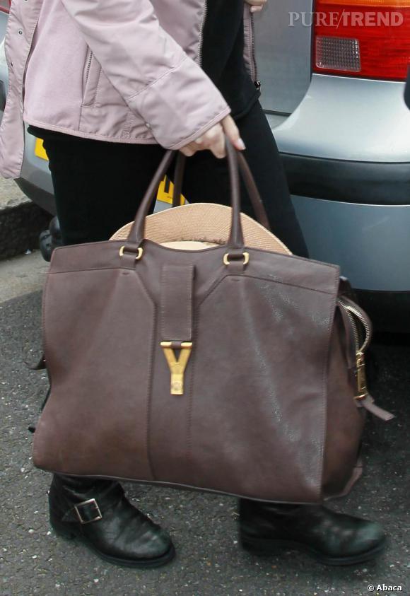 """Un sac """"Chyc"""" d'Yves Saint Laurent, style cabas, ponctue sa tenue d'une note très... chic!"""