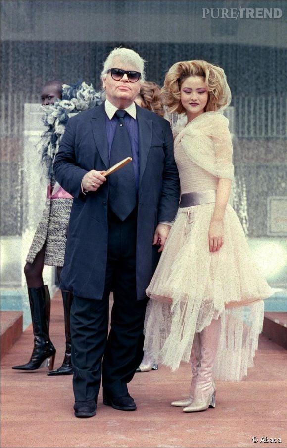 Karl Lagerfeld, pas vraiment light, période paletot et large cravate. Et peu de bijoux.
