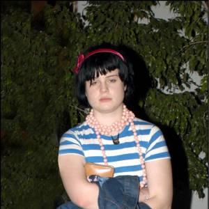 Ado mal dégrossi, Kelly Osbourne avait aussi le look en berne quand elle était ado. Et peu importe les rayures ou les jupes longueur genou. L'adolescence qui joue des tours.