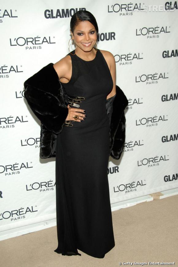 Aujourd'hui, la chanteuse affiche des courbes amincies dans une robe noire.