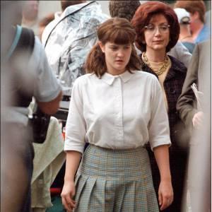 Hanches larges et chaussettes placées pile de manière à grossir les mollets, Drew Barrymore savait comment accentuer ses petits défauts.