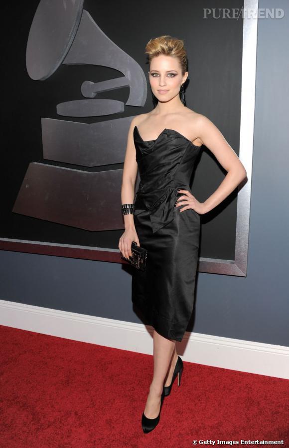 Petite robe noire Vivienne Westwood certes mais façon tentatrice, smoky eye et coiffure stylisée.