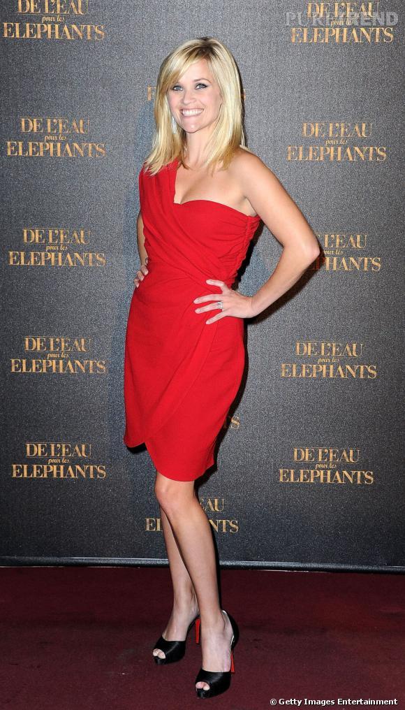L'actrice porte une robe Giambattista Valli de la pré-collection 2011.