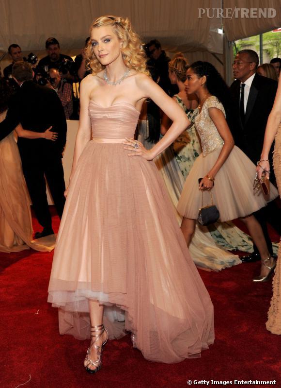 La couleur rose poudré va parfaitement à la poupée blonde.