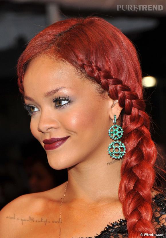 Rihanna a opté pour la couleur, avec des boucles d'oreilles vert émeraude signées Wilfredo Rosado.