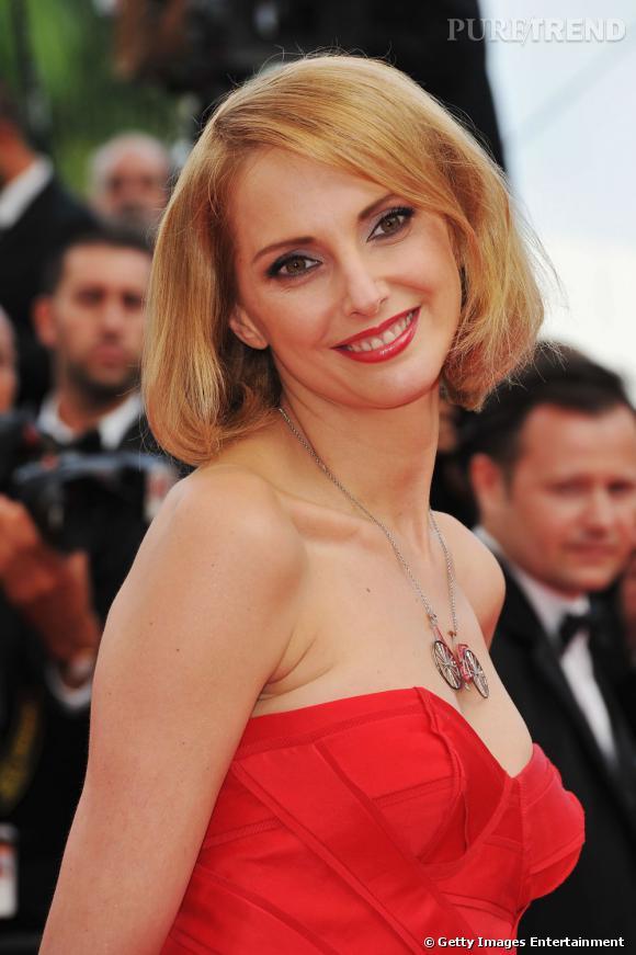 Cannes : les plus beaux make-up du vendredi 13 mai La moue est poupine chez Frédérique Bel, la bouche rouge s'harmonise avec la couleur de la robe et les yeux se font biche. Les paupières se nacrent légèrement de pigments gris violet.