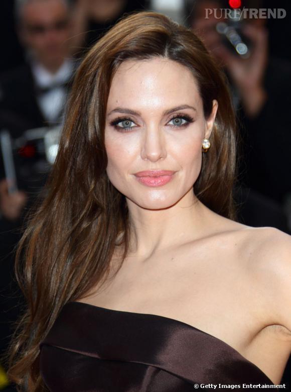 Cannes : les plus beaux make-up du lundi 16 mai Le teint est lumineux, la bouche pulpeuse, redessinée par un trait de crayon en harmonie avec la couleur des lèvres. Angelina Jolie est sublime. Le regard envoute et se maquille d'un crayon noir et de pigments cuivrés.