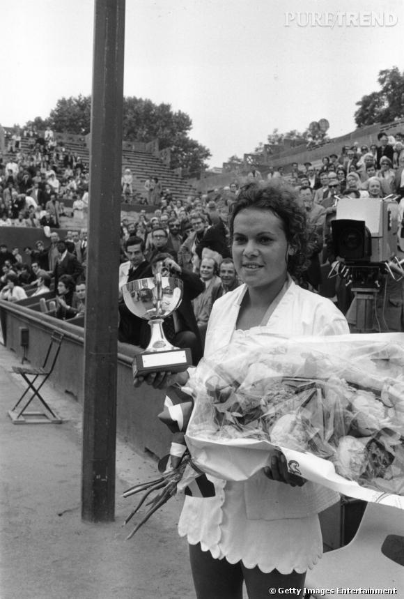 Victoire en 1971 pour l'australienne Evonne Goolagong qui arbore une tenue des plus élégantes.