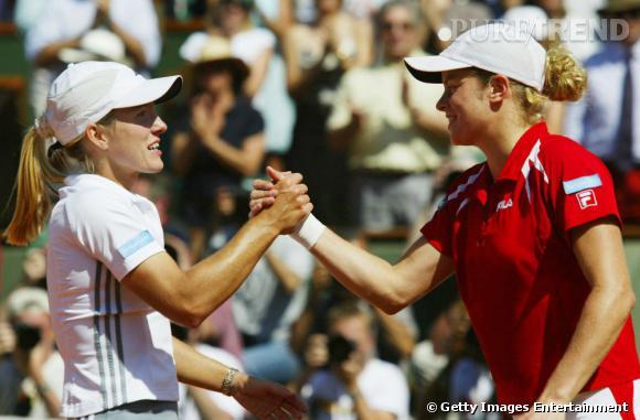 Bonne joueuse, en 2003 Kim Clijsters félicite sa compatriote Justine Henin Hardenne également grande gagnante en 2005, 2006 et 2007. Toutes deux arborent des polos relativement masculins.