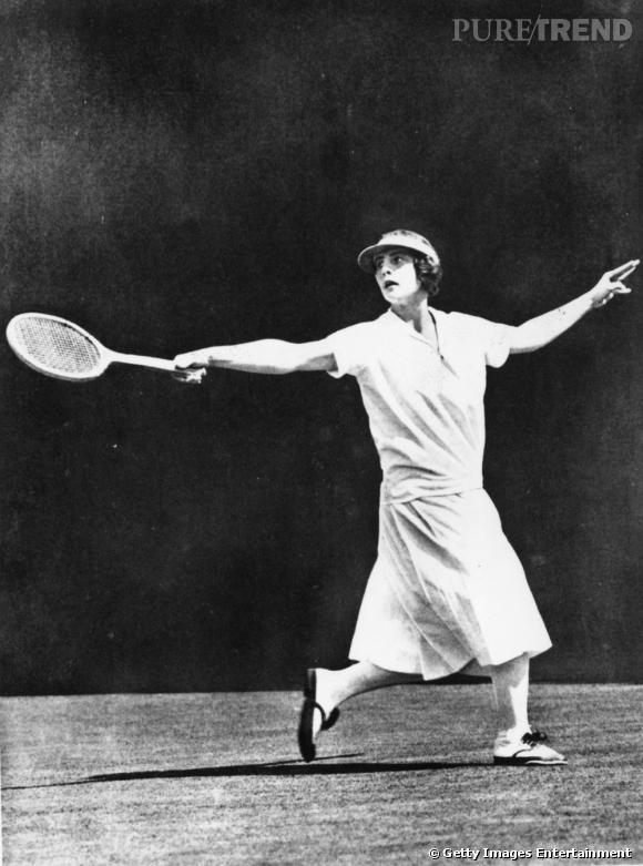 Dans les années 20 et 30, Helen Wills-Moody remporte 4 fois Roland Garros dont une fois sans perdre un set.
