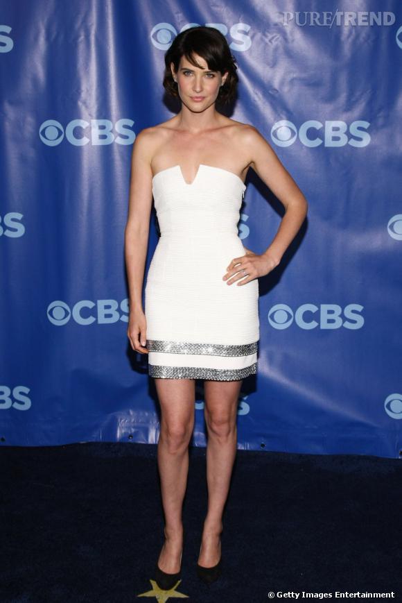 L'actrice porte une robe blanche, très simple avec une découpe généreuse au niveau du décolleté.