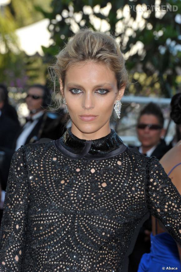 """Anja Rubik, à la montée des marches à Cannes pour le film """"This must be the place""""."""
