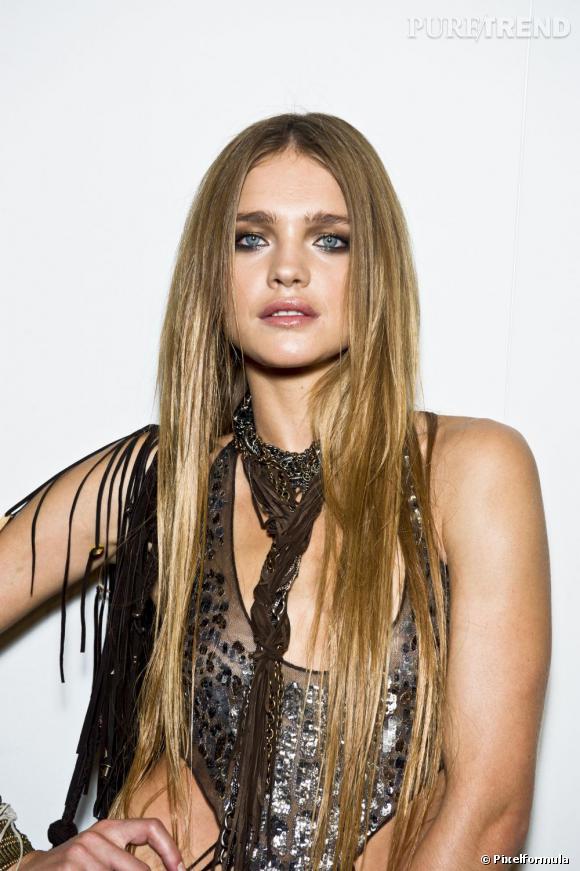50 coiffures pour cet été  Un lissé baguette et une chevelure blond doré.