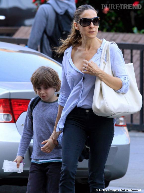 Sarah Jessica Parker, dans le rues de New York, amène son fils à l'école.