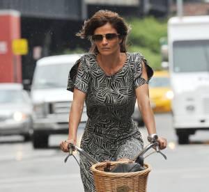 Helena Christensen pédale en toute féminité