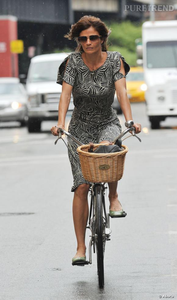 Helena Christensen en promenade à vélo dans les rues de New York.