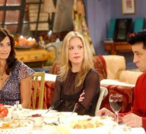 """Saison 9, le public découvre la grande soeur de Rachel, Amy, interprétée par Christina Applegate qui joue les pestes un peu bêtes à merveille. Un rôle qui n'est pas sans rappeler celui qu'elle incarnait dans """"Mariés, deux enfants""""."""
