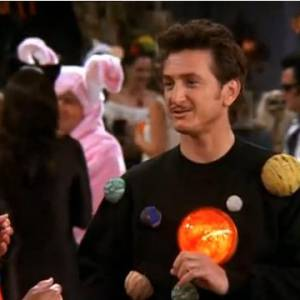 Amoureux d'Ursula, la jumelle de Phoebe, Sean Penn tombe finalement sous le charme de cette dernière le temps d'un épisode dans la saison 8, pas mal.