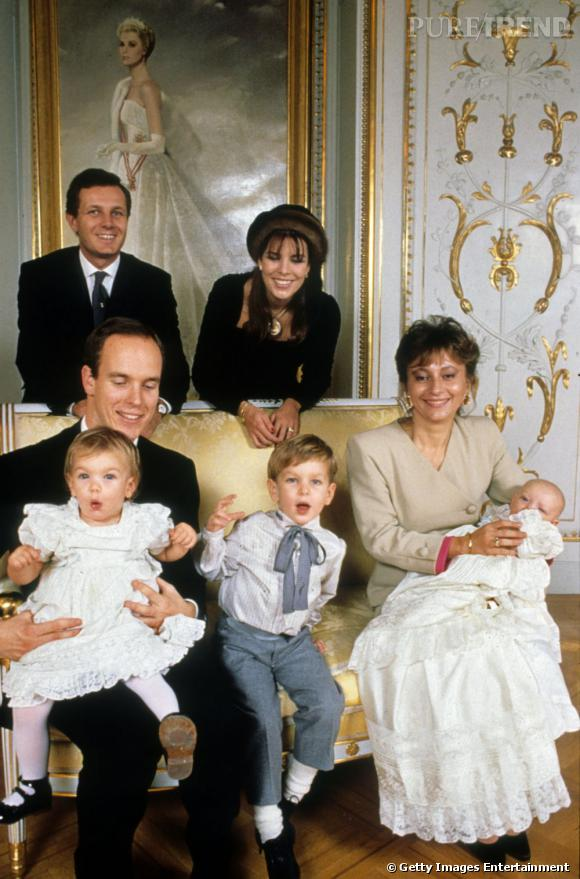 Le 28 decembre 1987, la famille monégasque offre une belle photo regroupant : (en haut à gauche) Stefano Casiraghi, la princesse Caroline, le prince Albert avec sur ses genoux la belle Charlotte, Andrea et Pierre dans les bras de Laura Casiraghi.