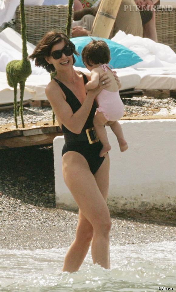 Saint Jean Cap-Ferret, France :   Katie Holmes choisit un maillot noir une pièce agrémentée d'une ceinture oversize. On est discrète oui, mais toujours sexy !